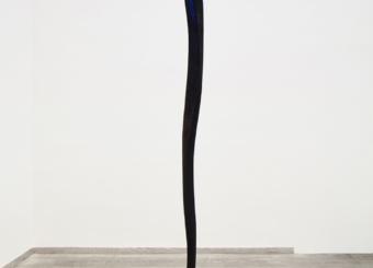 Senza titolo, 1986, piombo, legno combusto e pigmento blu al vertice, cm 225x80x60