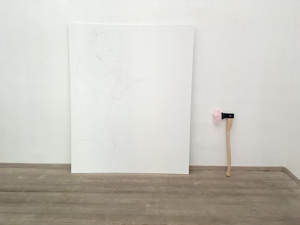 Ilaria Minelli, Mentita, 2018, installazione, matita su carta laminata, scure e piume di struzzo, dimensione ambiente