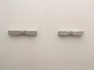 Zuhwei Li, Senza titolo, 2018, cemento, cm 8x8x50 e cm 8x8x46