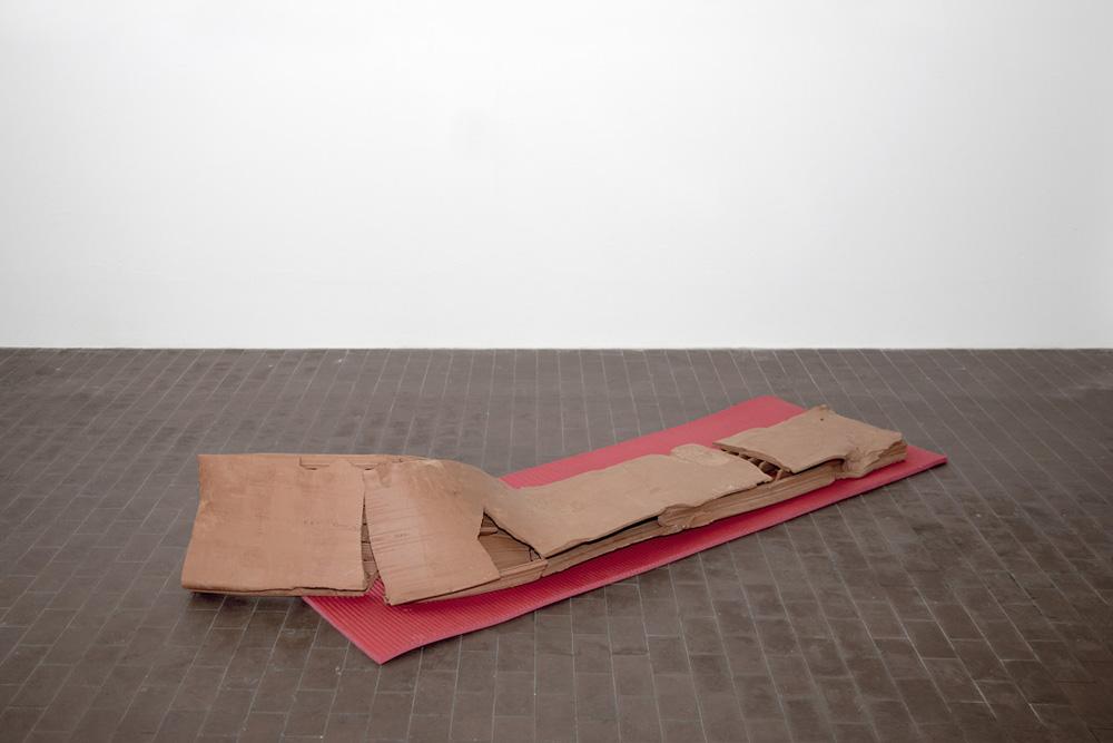 Giovanni Termini, Esercizi di rottura, 2017, terracotta e materassino da palestra, cm 70x210x40