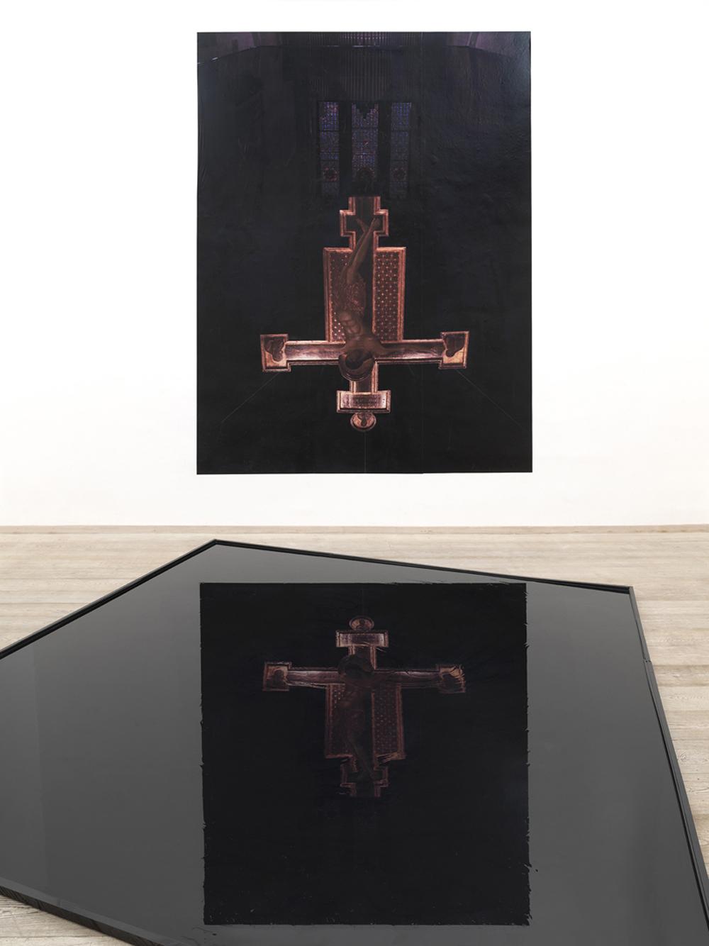 sala II - Installazione d'olio  Cimabue 2, Chiesa di San Domenico, Arezzo, 2014, stampa fotografica e vasca d'olio, dimensione ambiente