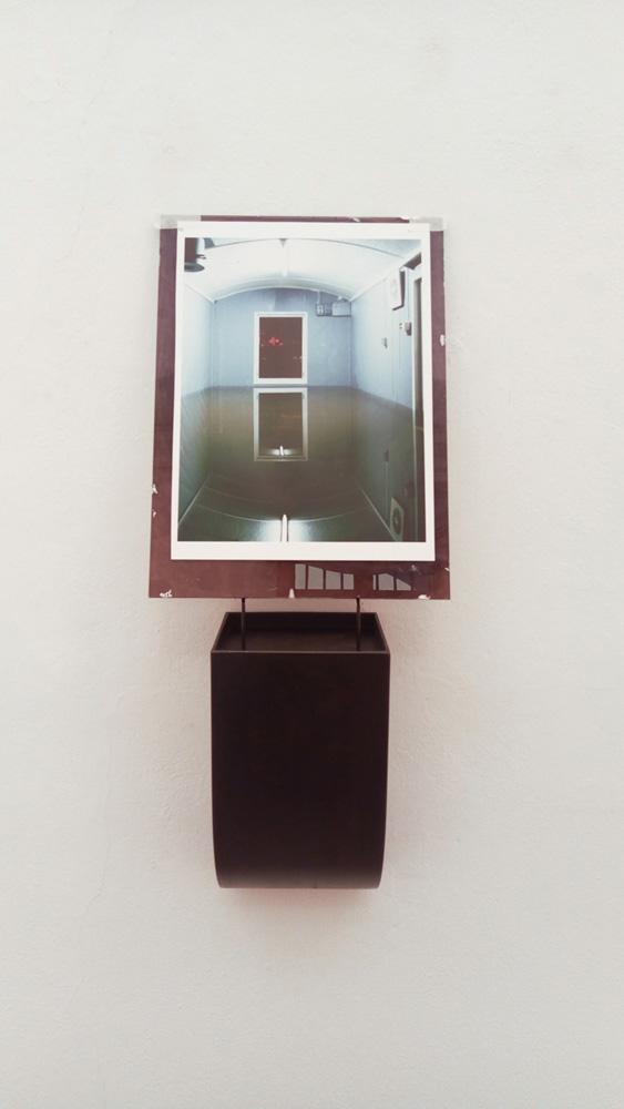 Tramonto, 1992/2019, fotografia sotto vetro, struttura in ferro e olio nero, cm 92x37,5x17