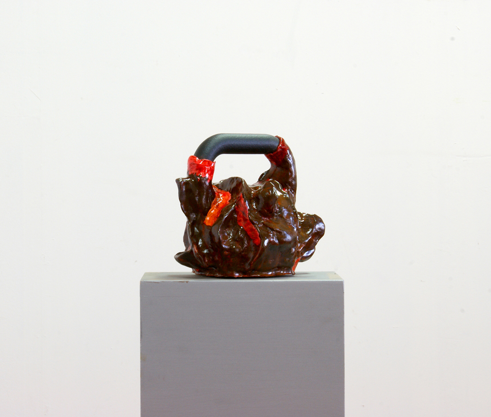 Scultura pesante, 2019, finta ceramica e peso crossfit da 20 Kg, cm 30x25x32