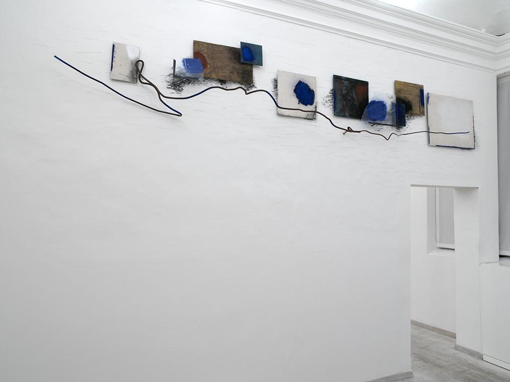 Il tempo del segno , 2006, tecnica mista su tela, vetro e ferro, cm 110x540