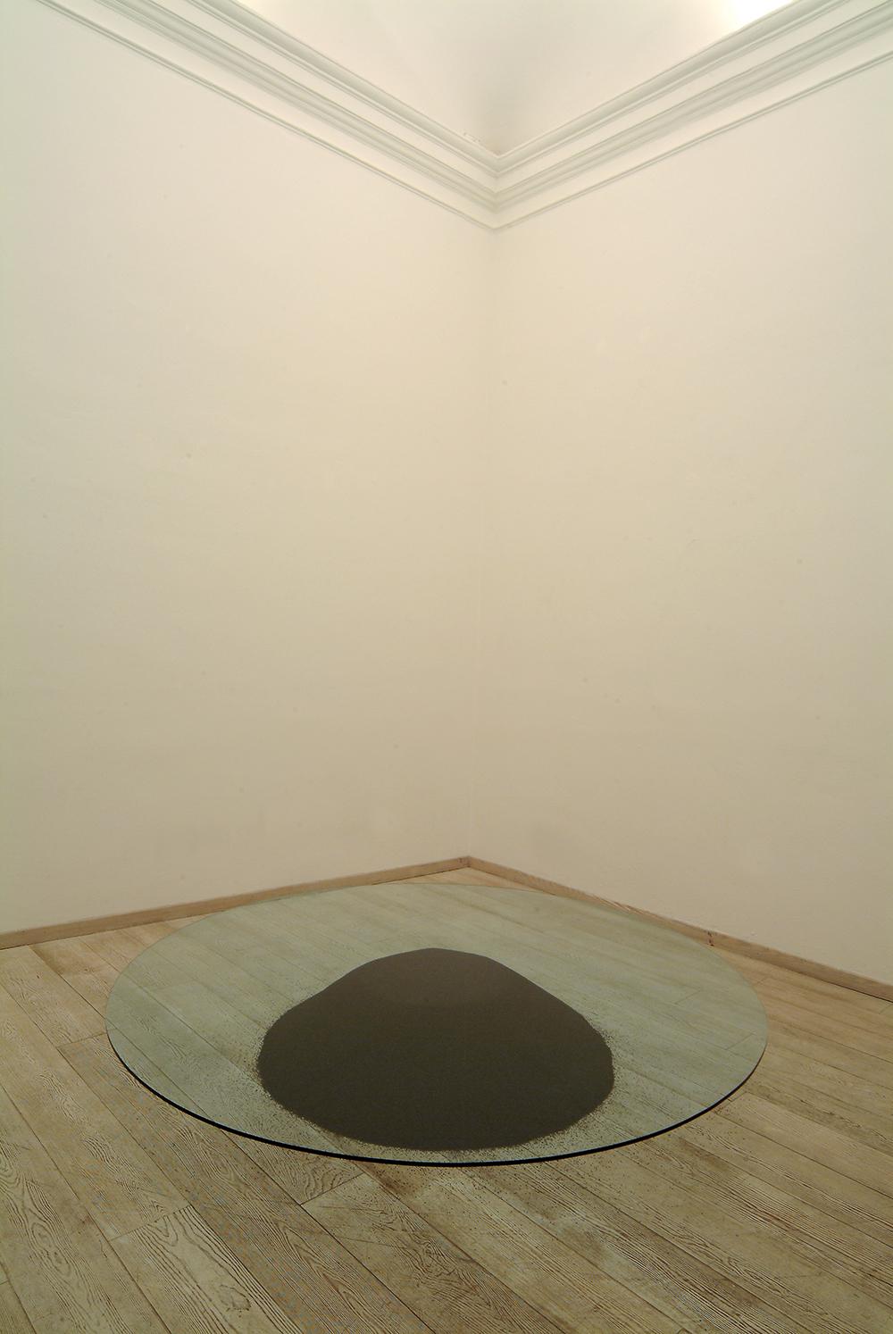 Contatto, 2005, vetro e pallini di metallo nero, Ø cm 216 - sala III