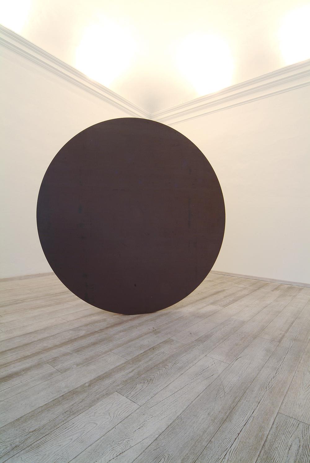 Disco in equilibrio, 2005 - sala I, ferro e magnete, Ø cm 225