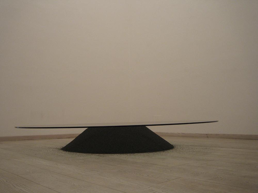 Contatto, 2005, vetro e pallini di metallo nero, Ø cm 216