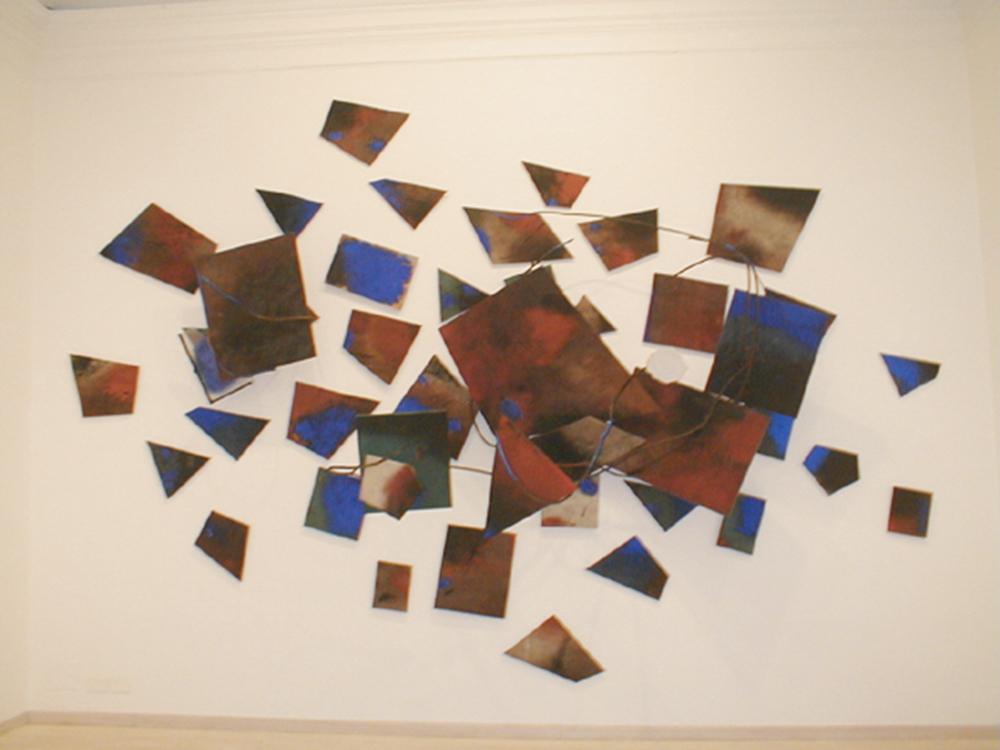Marco Gastini, Instabile…. attorno, 2003, t.m. su tela, gesso e ferro, cm 365x510
