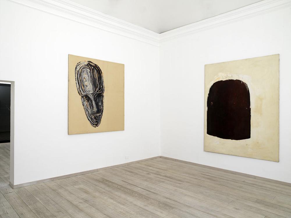 sala II - Testa, 1985, olio su carta intelata, cm 195x170 e Senza titolo, 1987, olio su tela, cm 250x190