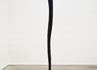 Nunzio, Senza titolo, 1986, piombo, legno combusto e pigmento blu al vertice, cm 225x80x60