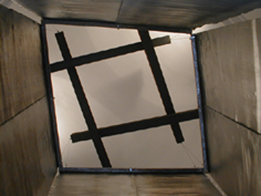 Hidetoshi Nagasawa,  Pozzo nel cielo, 2003, piombo, travi di legno di rovere combusto, cavo di acciaio, ferro, dimensioni ambiente
