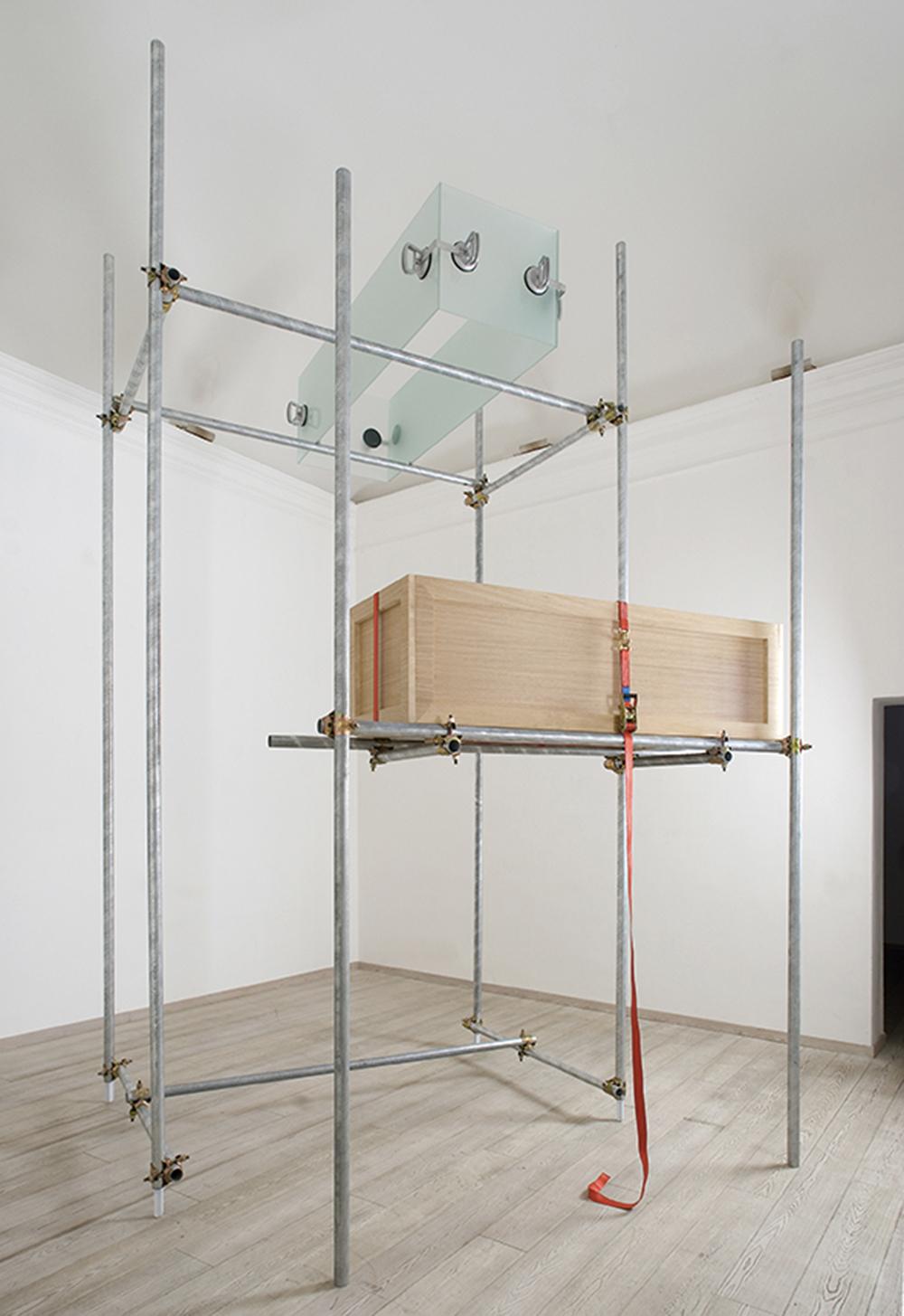 Divaga ma non troppo, 2008, tubi in ferro zincato, legno, vetro, fasce in nylon e ventose, dimensione ambiente