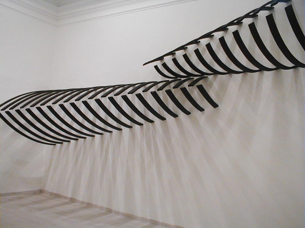 Senza titolo, 2002, legno combusto, dimensione ambiente