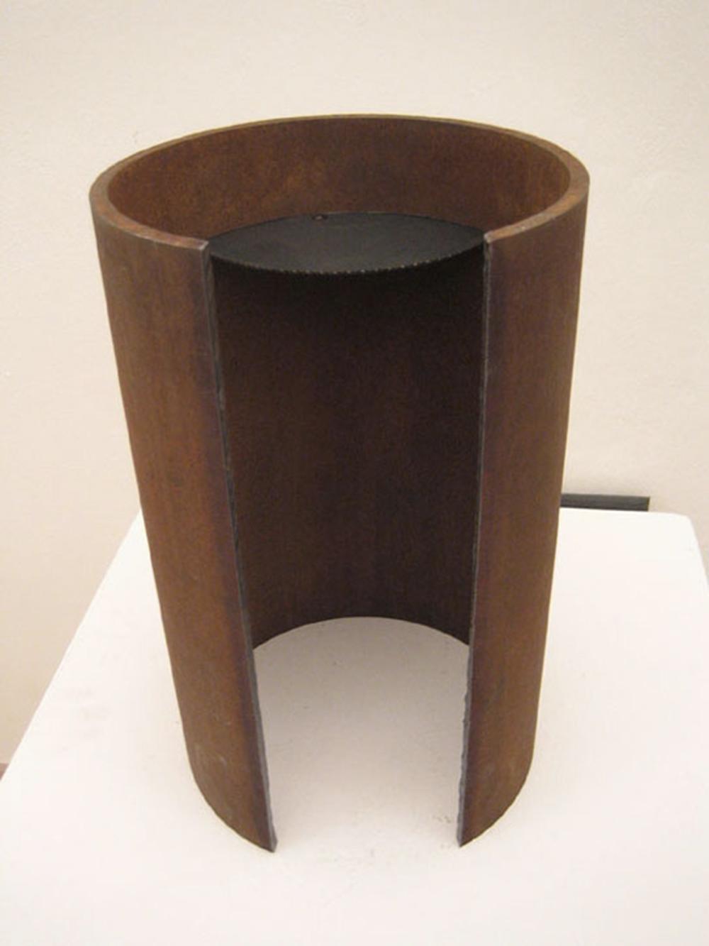 Camera spaziale, 2005, ferro e disco in acciaio, cm 40x35