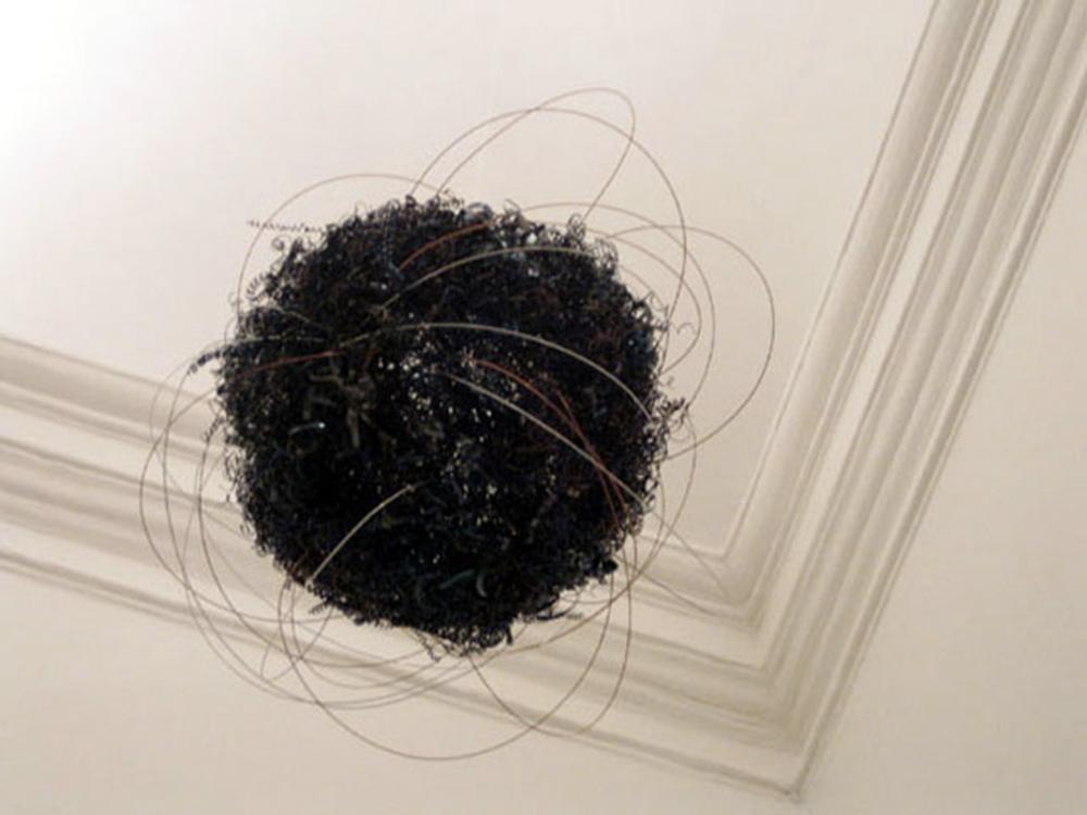 Oggetto nello spazio, 2005, trucioli di acciaio brunito,  filo d'acciaio brunito, filo d'acciaio ramato, fili di alluminio, dimensione spazio