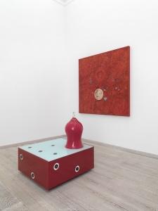 Campana madre, 2010, vetro e smalto, cm 93x86x80 e Ricco di inganni, 2010, olio su tela, cm 150x150
