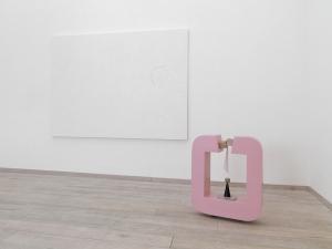 Bianco ombrato, 2009, smalto su tela, cm 180x250 e Dare visibilità all'invisibile, 2010, legno laccato, carta, marmo, cm 86,5x72x24