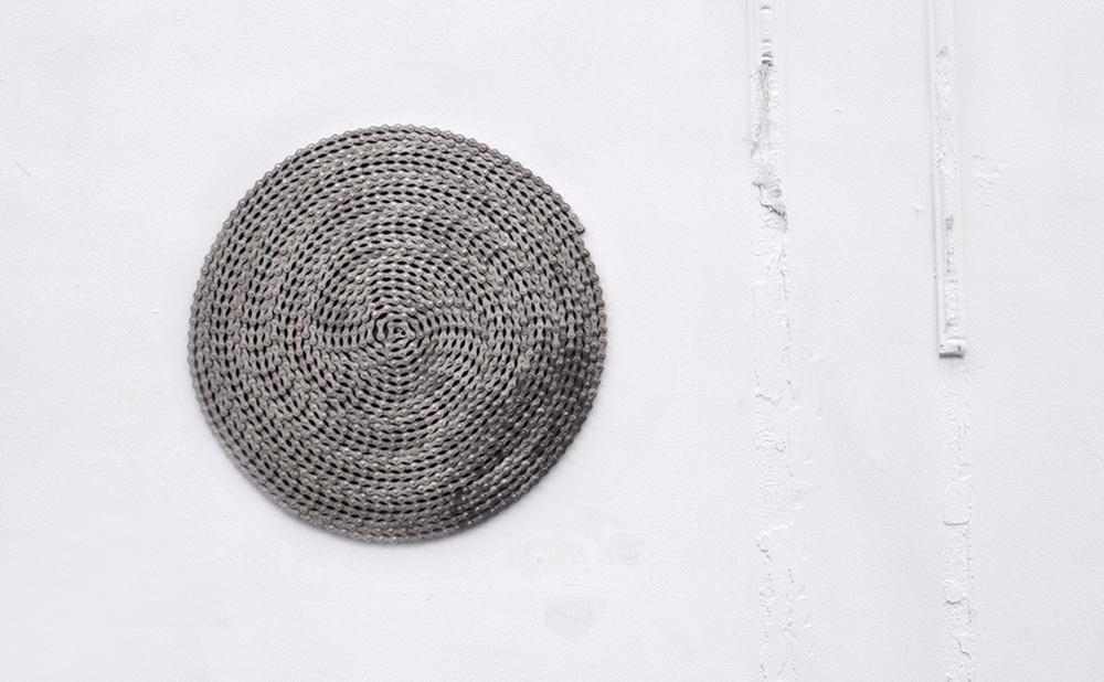 Giovanni Termini, Girogiromondo, 2011, catena in acciaio nichelato, diametro cm 41