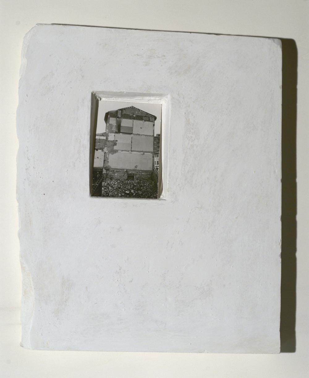 Affreschi, 1972, lastra di gesso con edicola e stampa ai sali d'argento, cm 67x61