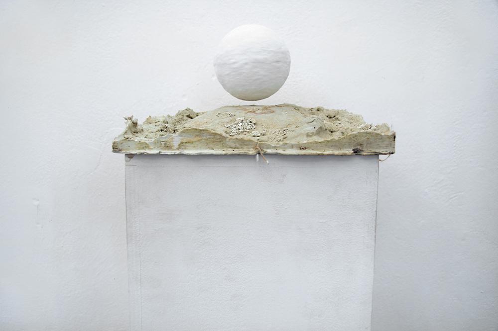 Giovanni Di Giovanni, Introspezione magnetica, 2016, gesso e sistema magnetico, cm 25x25
